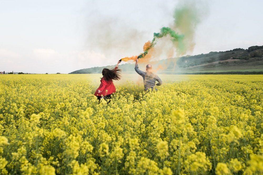 tubos de humos de colores Fotografo bodas profesional preboda en Azagra Navarra