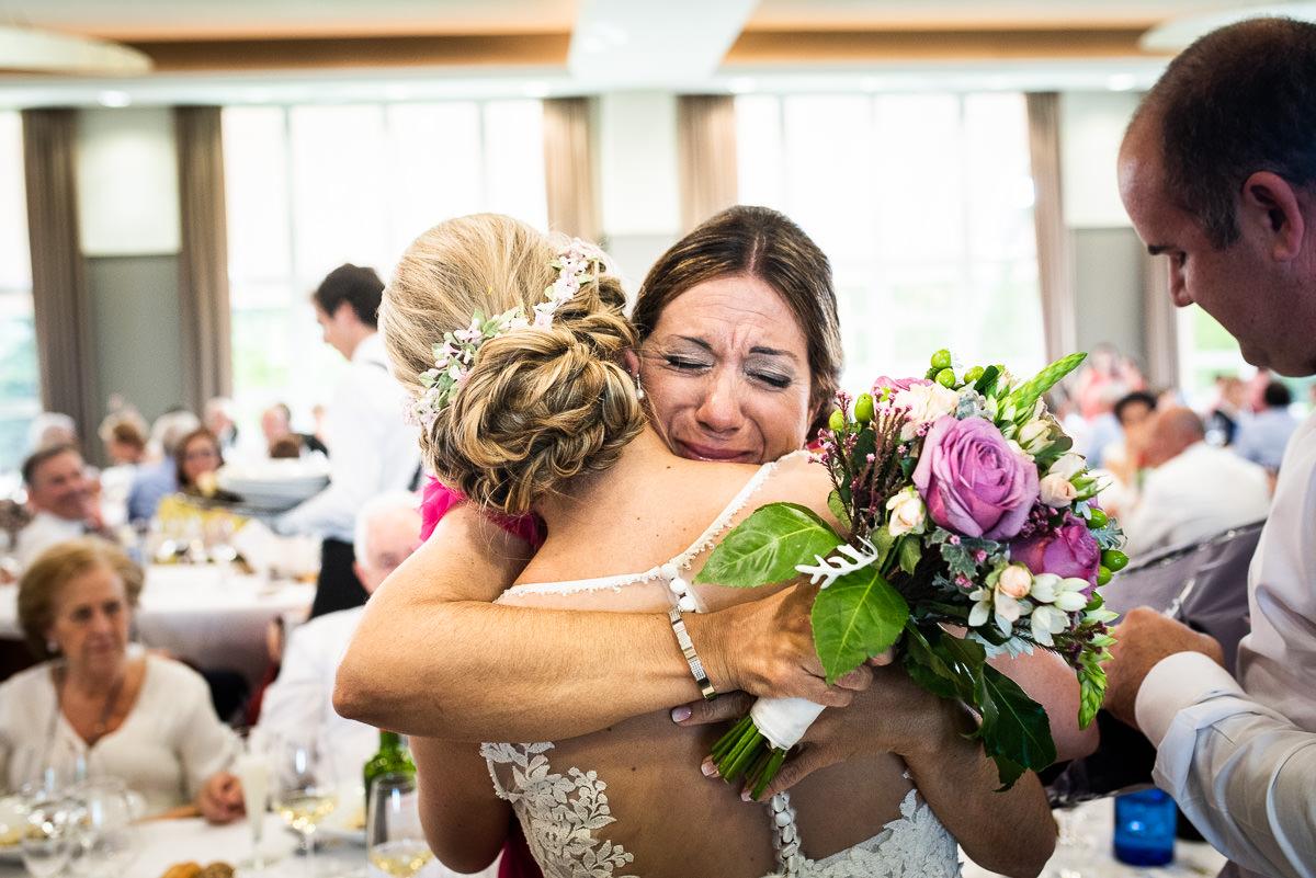fotografo de bodas en navarra abrazo emotivo