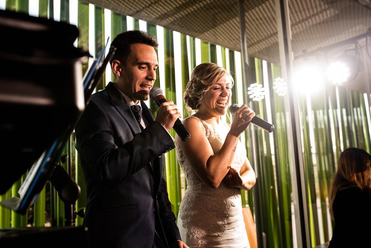 fotografo de bodas en navarra novios cantando
