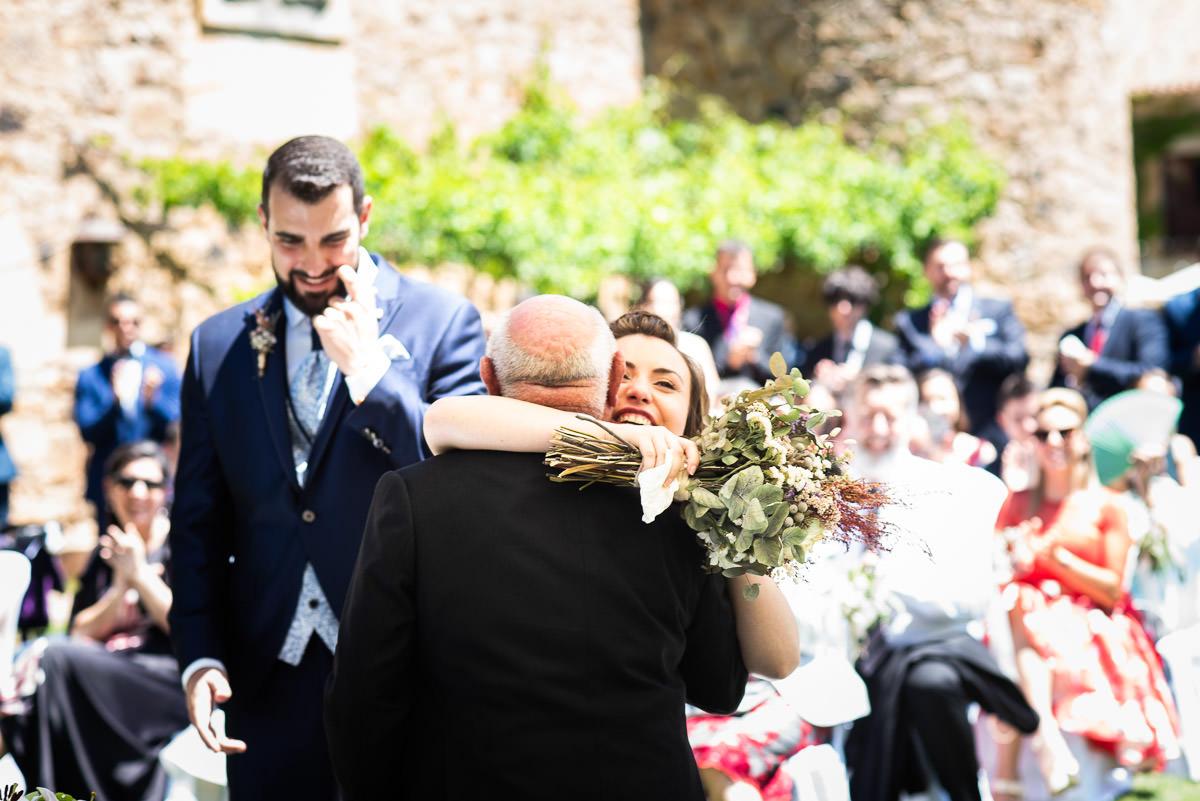 abrazo de la novia