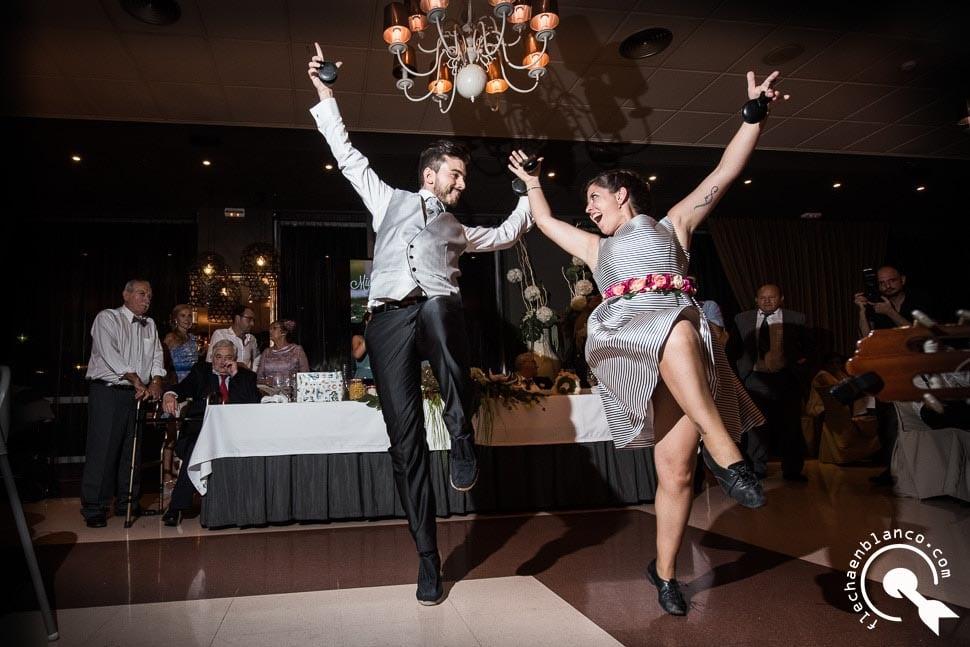 novio e invitada bailando jotas