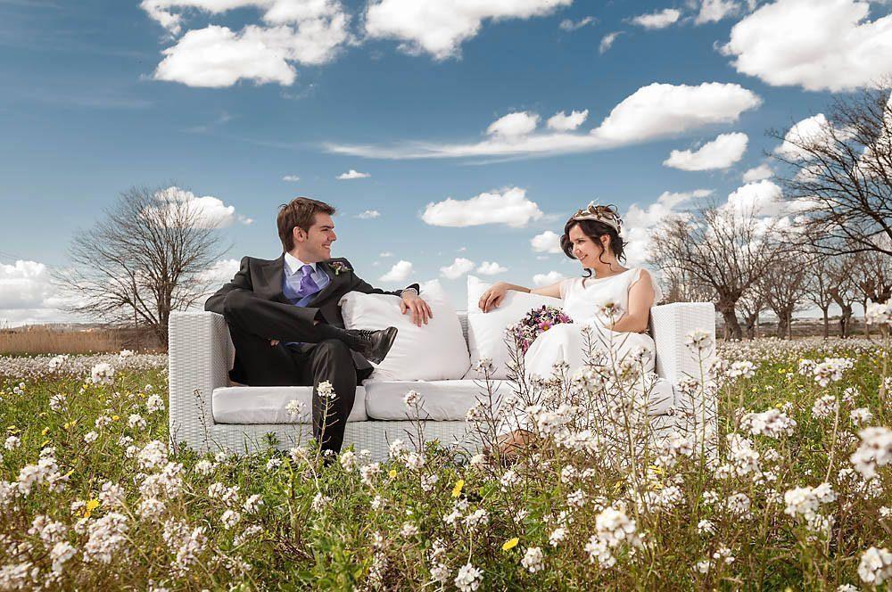 foto de novios original, sofa en el campo